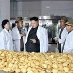 Kim Jong-un betrachtet Kekse